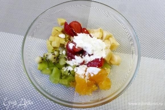 Все фрукты-ягоды нарезаем небольшими кубиками. Посыпать сахарной пудрой (примерно 1 ст. л.) и вылить коньяк. Сладость регулируйте сами, можно и побольше пудры положить. Аккуратно перемешать и оставить на 15 минут. В конце я решила для кислинки добавить клюкву, поэтому ее нет на первом фото.