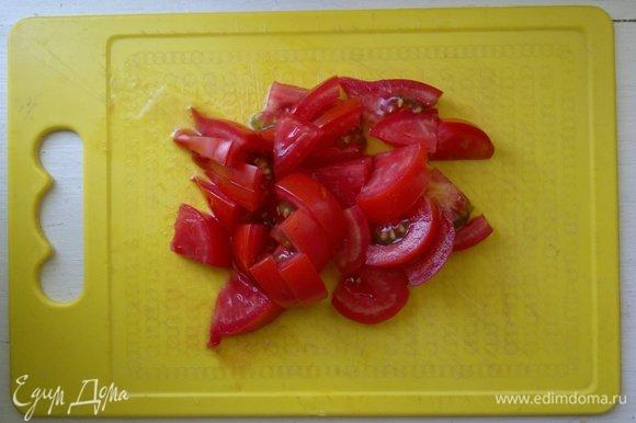 Помидор вымыть, обсушить и нарезать ломтиками. У меня один крупный помидор. По желанию можно добавить больше.