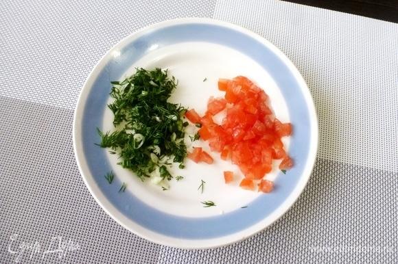 Измельчить зелень лука и укропа. Помидор обдать кипятком и снять шкурку, разрезать пополам и ложкой выскрести семена и перегородки вместе с соком. Мякоть помидора нарезать на маленькие кубики.