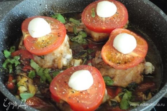 После того как помидоры подпекутся, достать окорочка «Капрезе» из духовки, посыпать оставшимся базиликом, сбрызнуть бальзамической глазурью, приправить свежемолотым черным перцем и подавать. Сверху выложить по половинке шарика сыра на каждое бедро срезом вниз. Печь еще 10–15 минут до готовности. Следите, чтобы сыр равномерно растекся.