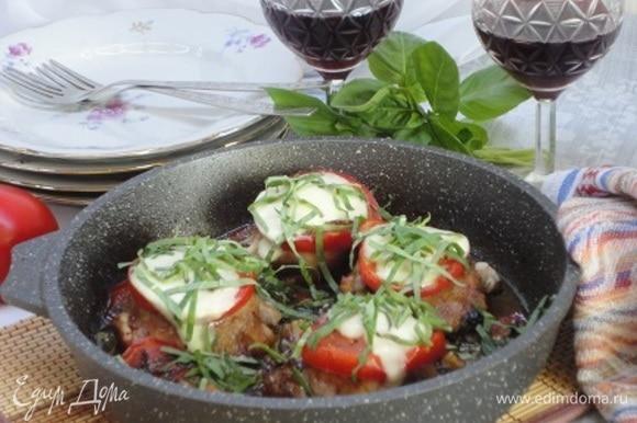 Достать окорочка «Капрезе» из духовки, посыпать оставшимся базиликом, сбрызнуть бальзамической глазурью, приправить свежемолотым черным перцем и подавать.