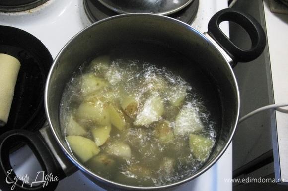 Картошечка чистенькая, когда молодая, мыть особо и чистить не нужно. Кладем в кипящую воду, солим и варим 15 минут.