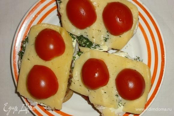 Выложить помидоры на сыр. Поставить бутерброды в духовку или микроволновку на 2–3 минуты для расплавления сыра.