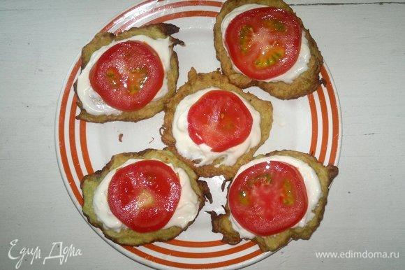На сметану выложить кружки помидоров.