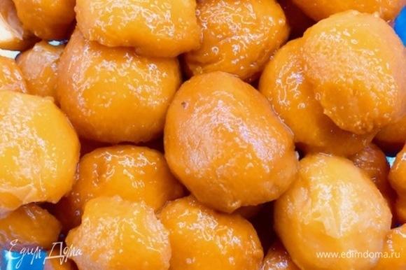 Воду слить, очистить абрикосы от кожуры, разрезать пополам и вынуть косточку.