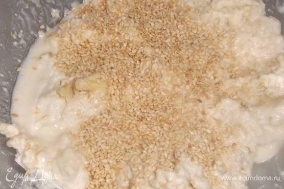 Соединить масло, муку, соль, воду. Замешивая тесто, добавить кунжут.