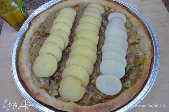Затем выложить лук, на него картофель.