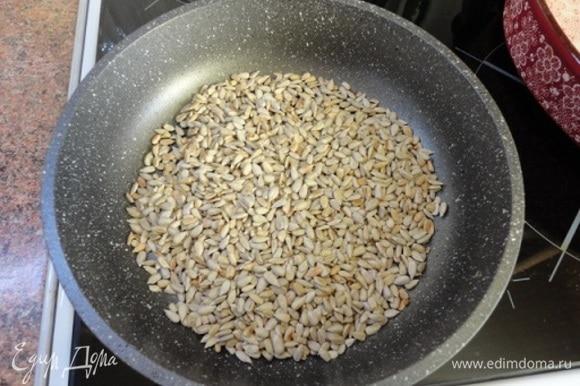 2 ломтика хлеба для тостов залить молоком. Семечки слегка обжарить на сковороде.