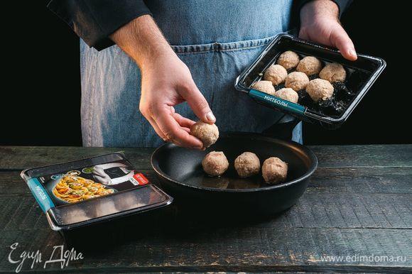 В это время на отдельной сковороде обжарьте до готовности митболы с творожным сыром ТМ «Петруха Мастер».