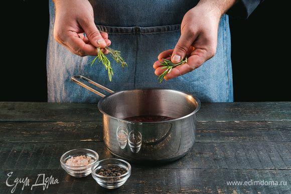 Добавьте соль, перец, тимьян и розмарин.