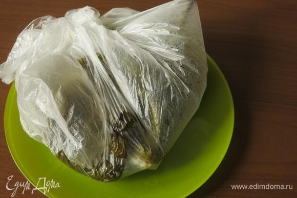 Запекаем перцы при 220°C. Помещаем в пакет.