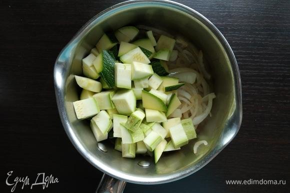Добавить нарезанный кубиком кабачок, влить воды или бульона и варить минут 5–7.