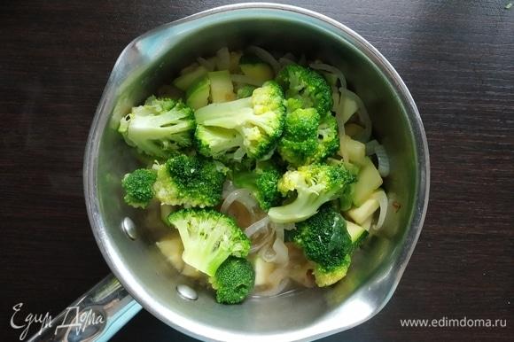 Затем добавить брокколи, специи по вкусу и варить еще 7–10 минут.