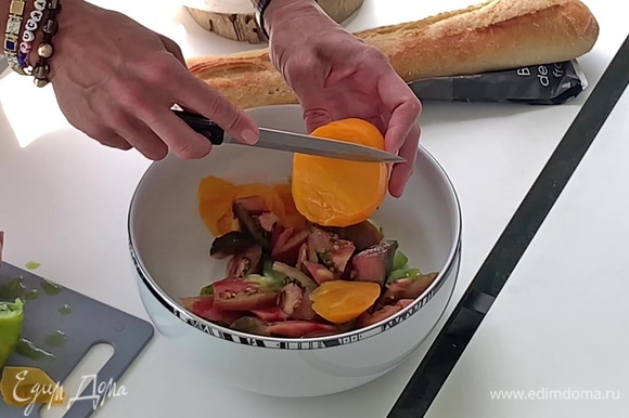 Помидоры разных цветов крупно нарежьте, выложите в миску.