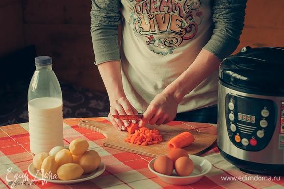 Мелко нарежьте морковь кубиками.