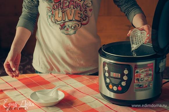 Туда же добавьте соль и перец горошком.