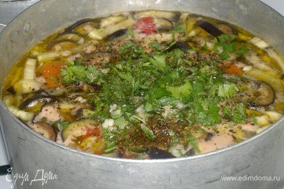 Положить в суп нарезанные зелень и чеснок. Довести до кипения, варить 2–3 минуты и выключить огонь.