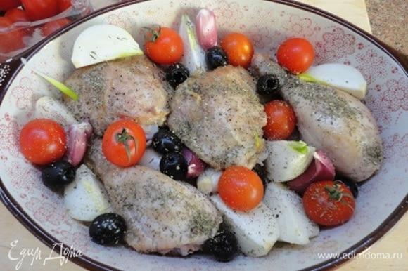 Между бедер равномерно разложить лук, помидоры, зубчики чеснока, оливки и веточки тимьяна (или посыпать сухим, как у меня). Хорошо посолить все по вкусу. В сковороду, в которой жарились бедра, влить вино, довести до кипения, снять с огня и полить им куриные бедра с овощами.