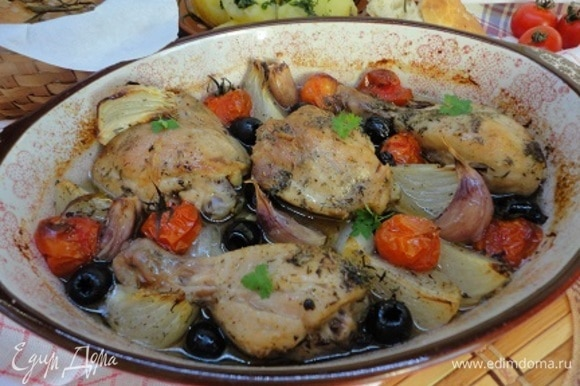 Сбрызнуть все остальным оливковым маслом и поставить в разогретую до 200°C духовку на 30–40 минут. Печь до готовности бедер.