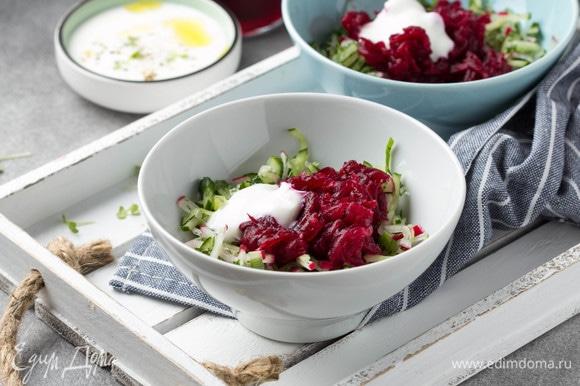 Разложить по тарелкам овощи и свеклу. Добавить по столовой ложке сметаны.