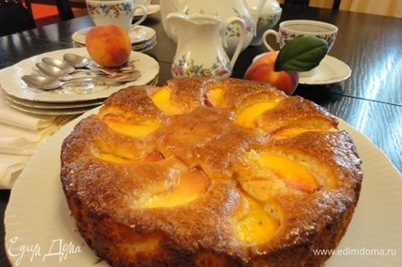 Для глазури в сахарную пудру понемногу добавляйте лимонный сок. Наносите на теплый пирог.