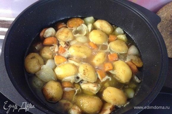 Складываем слоями все в казан: лук и морковь на дно, потом — мясо, в середину его ставим головку чеснока и сверху все закладываем картофелем с зубчиками чеснока. Залили водой кипящей так, чтобы картофель почти скрыт был.