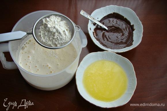 Яйца взбить с сахаром в пышную светлую пену. Масло и шоколад растопить. Муку смешать с разрыхлителем и просеять.