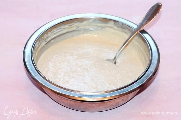 Вмешиваем по 1 ст. л. мучную смесь в жидкую и замешиваем густое тесто без комочков. Можно тесто взбить миксером до однородности.