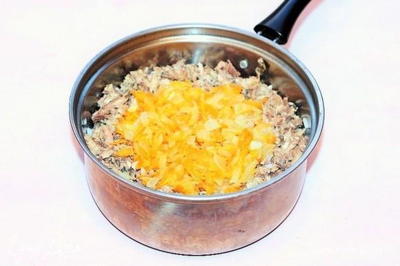 В готовый рис кладем сайру и пассеровку, добавляем по вкусу соль, перемешиваем. Вместо соли можно добавить соевый соус (1–2 ст. л.). Начинка готова.