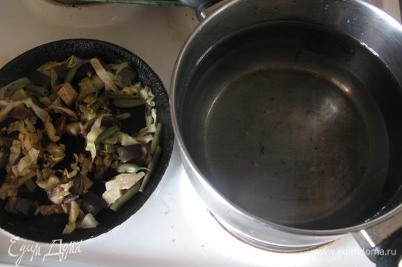 Овощи лучше потушить — так суп будет готовиться быстрее.