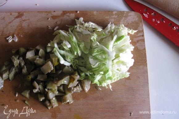 Мелко и тонко нарезаем овощи.