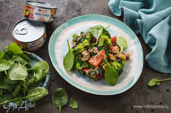 Посыпьте салат сверху мелко нарезанным зеленым луком и украсьте листочками шпината.