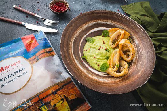 Выложите в тарелку кальмары и пюре, украшенное веточкой мяты. Приятного аппетита!
