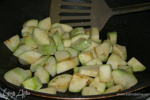 Добавить немного растительного масла и обжарить до румяности кусочки кабачков. Выложить кабачки в кастрюлю.