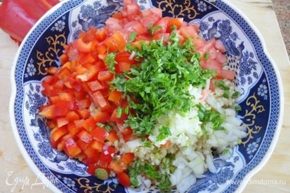 Свежие овощи добавить к булгуру и перемешать.