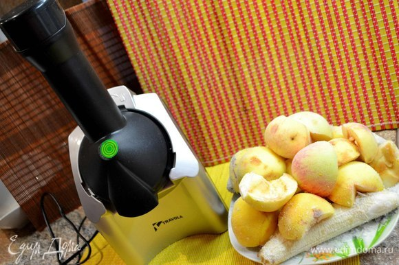 Заморозить очищенные яблоки, бананы и мороженое.