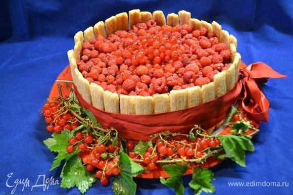 По кругу украшен торт трубочками (печенье), что придало десерту форму корзинки, а если вы подберете ленточку, которой обвяжете торт по кругу и тарелку в цвет, то ваш торт превратится в шляпку) Поставьте в холодильник остыть.