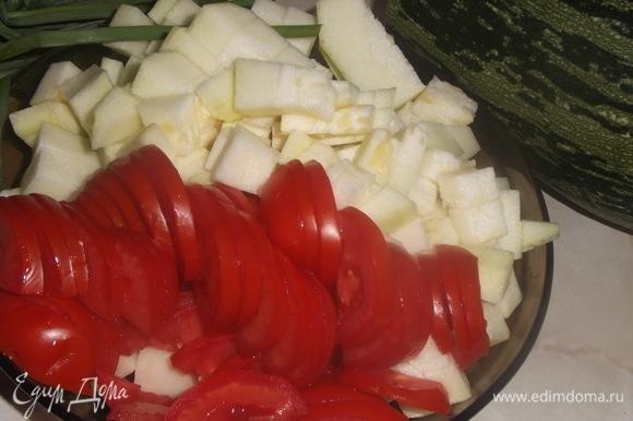 Нарезать очищенный кабачок и помидоры.