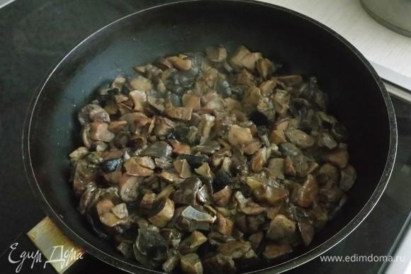 Вешенки (либо заранее отваренные благородные грибы: белые, подосиновики, подберезовики) почистите, промойте в прохладной воде (грибы очень быстро впитывают влагу), срежьте плодоножки, крупно нарежьте, выложите в сковороду, где жарился лук, посолите. На большом нагреве выпарите сок, добавьте немного масла + 1 ст. л. сухого майорана, обжарьте до золотистой корочки. Готовые грибы отложите в миску к луку.