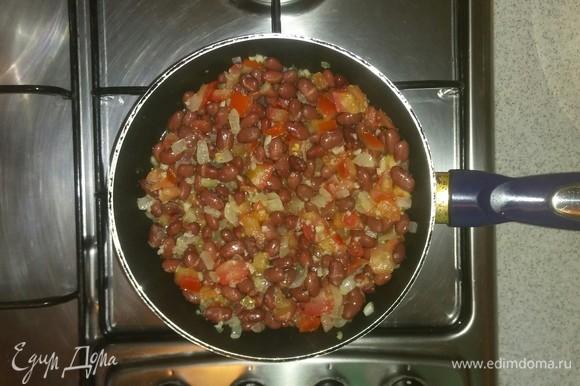 После чего добавляем в сковородку к овощам фасоль. Солим, перчим. Все перемешиваем и тушим под крышкой около 15 минут.