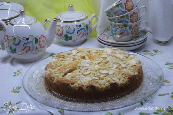 Выпекать в разогретой духовке 25–30 минут. Остудить. Можно подавать пирог в таком виде.