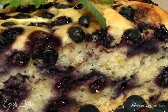 Готовый пирог достаем, даем полностью остыть. Перекладываем из формы на блюдо.
