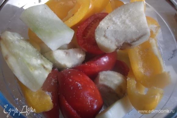 Баклажан и кабачок почистить. У перца удалить семена. У помидоров срезать место плодоножки. Овощи разрезать на крупные сегменты. Посолить.