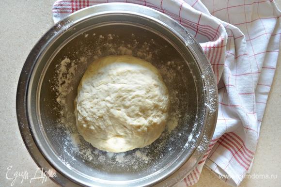 Накрыть миску чистым полотенцем и оставить подниматься на 1–1,30 часа в теплое место. За это время тесто должно увеличиться практически вдвое.