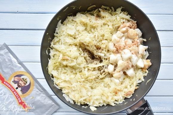 В сковороде на растительном масле потомить нашинкованную капусту с луком. Добавить рыбу, соль и молотый перец, зелень по вкусу. Перемешать.