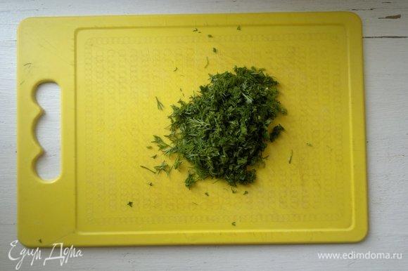 Зелень помыть, обсушить, мелко нарезать.