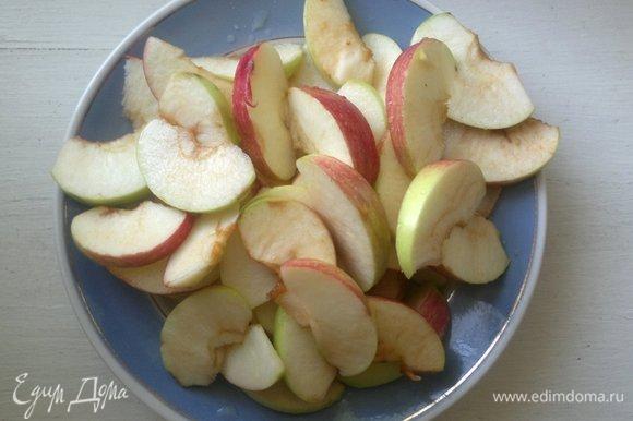 Сложить дольки яблок в миску и полить лимонным соком.