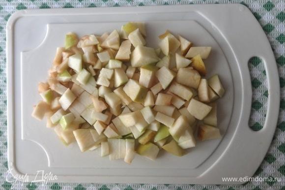 Яблоки очистить от кожуры, вырезать семенные коробочки. Нарезать яблоки небольшими кубиками. Сбрызнуть лимонным соком.
