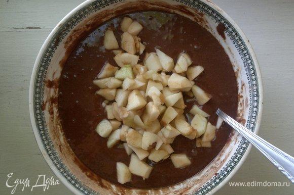 Положить яблоки в тесто, аккуратно перемешать.