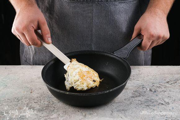 Оставшееся яйцо обжарьте с двух сторон до готовности.